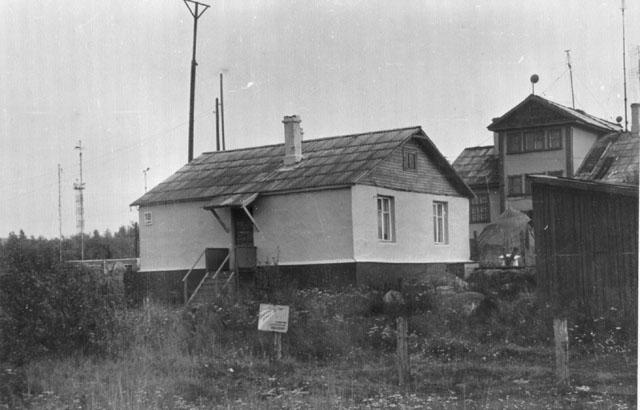 Так  выглядел аэропорт Мурмаши в конце 60-х годов (на дальнем плане видно здание КДП (название КДП перешло от военных)